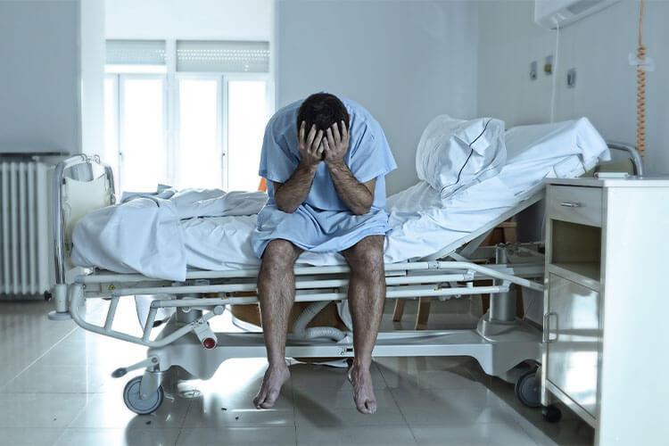 Persona en el dolor y el sufrimiento del hospital.